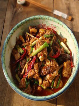 活鸡在锅里的图片_蒜香辣子鸡的做法(好厨网)