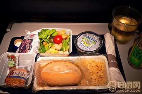 在飞机上经济舱的快餐多是微波炉加热后食用