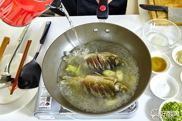 鲫鱼豆腐汤的做法步骤_6