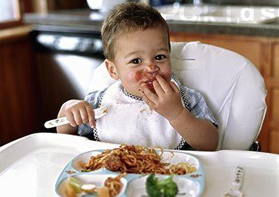 可爱小朋友吃饭