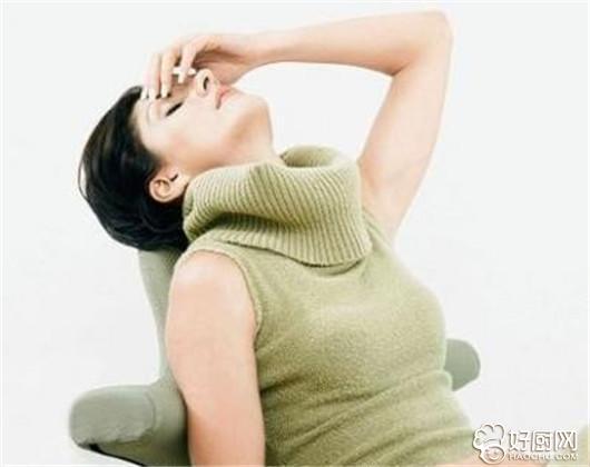 五大女性更年期抑郁症的表现 下面给大家简单介绍一下更年期抑郁症的表现: 1. 躯体症状:病人面容憔悴苍老,目光迟滞,胃纳差,体质下降,汗液和唾液分泌减少,便秘,性欲减退。女病人常闭经。睡眠障碍中以早醒最为突出,充满悲观的情绪 2. 思维联想缓慢:语速慢,语音低,语量少,应答迟钝,一言一动都需克服重大阻力。最严重时,可呈木僵状态。激越型抑郁症病人,言语动作都明显增加,焦虑恐惧,激动自伤,危险性很大。