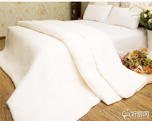 每天睡觉必不可少的就是被子了,当然,除了炎热的夏天可能你会有那么几个月不盖被子,其他的时候,舒适的被窝我们最不愿起来的安乐窝了。我们虽然盖了那么多年的被子,但你知道你的盖被子方法正确吗?你真的会盖被子吗? 研究表明,寝室的温度、湿度、光照等都会对睡眠产生影响。一般人睡觉时室内温度在20-23最为适宜,在20以下人就会因冷而蜷曲身躯并裹紧被子,但超过23就会感到热,要掀被子了。冬天如果室内温度过低,即使盖着被子也会感到露在外面的肢体和脸非常冷,不知不觉就会形成蒙头大睡的姿势,对呼吸新鲜空气非常不利。
