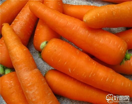 胡萝卜具有很高的保健作用和医疗价值,但美国食品专家却告诫人们:胡萝卜下酒的吃法是不利健康的。因为胡萝卜中丰富的胡萝卜素和酒精一同进入人体,就会在肝脏中产生毒素,引起肝病。 所在,人们要改变胡萝卜下酒的传统吃法,胡萝卜不宜做下酒菜,饮酒时也不要服用胡萝卜素营养剂,特别是在饮用胡萝卜汁后不要马上饮酒,以免危害健康。
