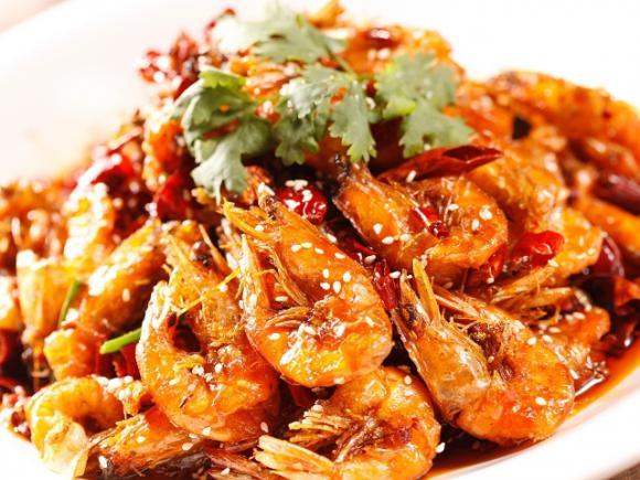 。 调料:盐,胡椒粉,料酒,鸡粉,生粉。 做法: 1.将虾剪去须、脚,冲洗干净;辣椒切末备用。 2.在处理好的虾中加入盐,料酒,鸡粉,胡椒粉腌渍片刻,加入蛋清拌匀,拍上生粉。 3.炒锅倒入适量油(油可以稍微多放一些),烧至七成热,放入腌渍好的鲜虾,炸至变色成熟,捞出。 4.