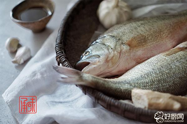 清蒸鲈鱼的做法步骤_1