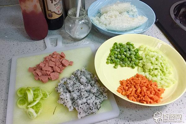 小花茄汁蛋包饭的做法步骤_1