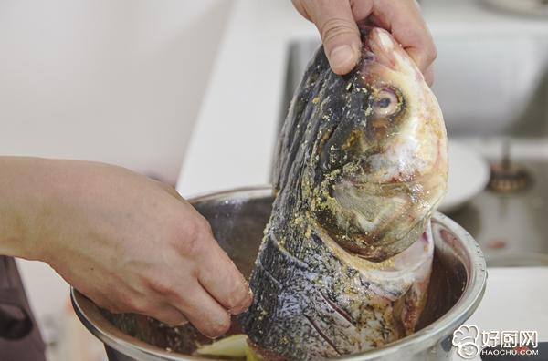 剁椒鱼头的做法步骤_5
