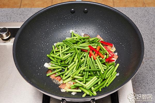 蒜苗炒腊肉的做法步骤_5
