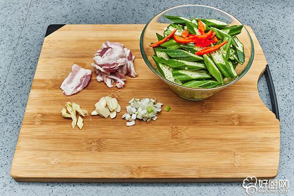 秋葵炒肉的做法步骤_2