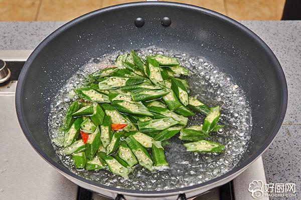 秋葵炒肉的做法步骤_4