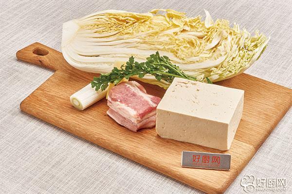 白菜炖豆腐的做法步骤_1