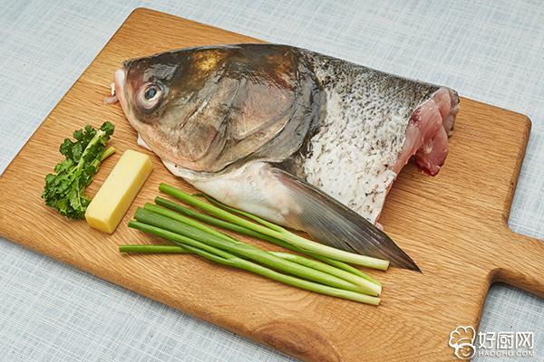 清炖鱼头汤的做法步骤_1