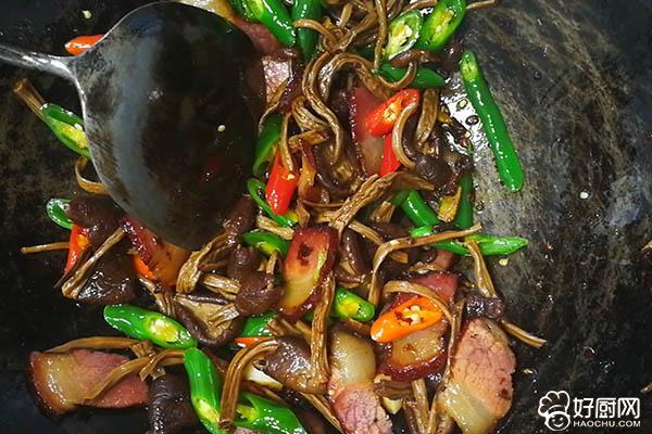 干锅腊肉茶树菇的做法步骤_6