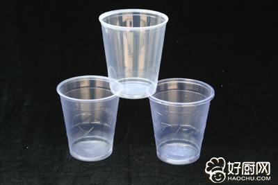 很多人喝水喜欢用塑料杯子,它能释放多少有害物质你知道吗?_1